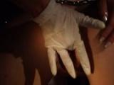 Бабу ебут в жопу резиновой перчаткой