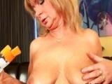 Отвисшая грудь не мешает мастурбации milf леди